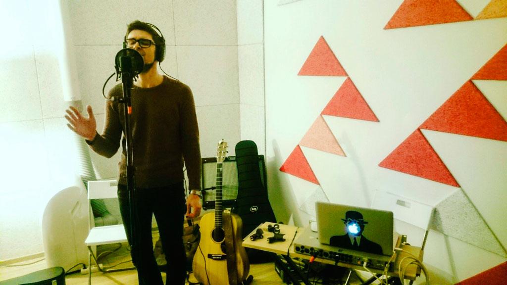 Антон Лу пишет вокал для песни